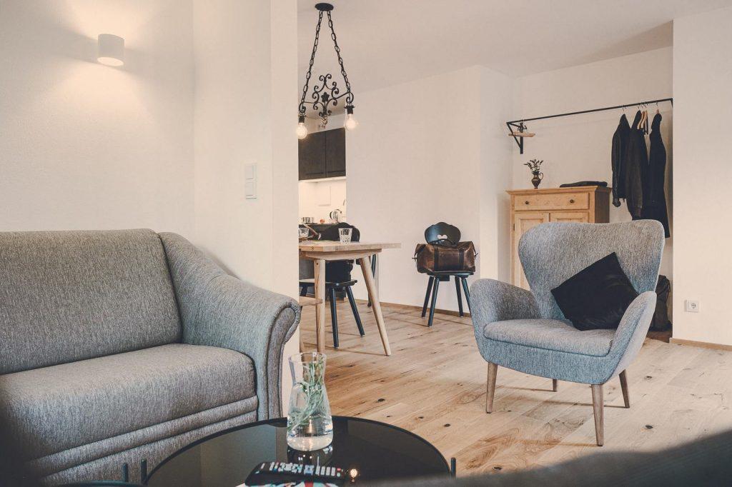 """Der Lederer Hof Tegernsee - Wohnbereich im 2-Zimmer-Apartments """"Zwoats dahoam"""""""