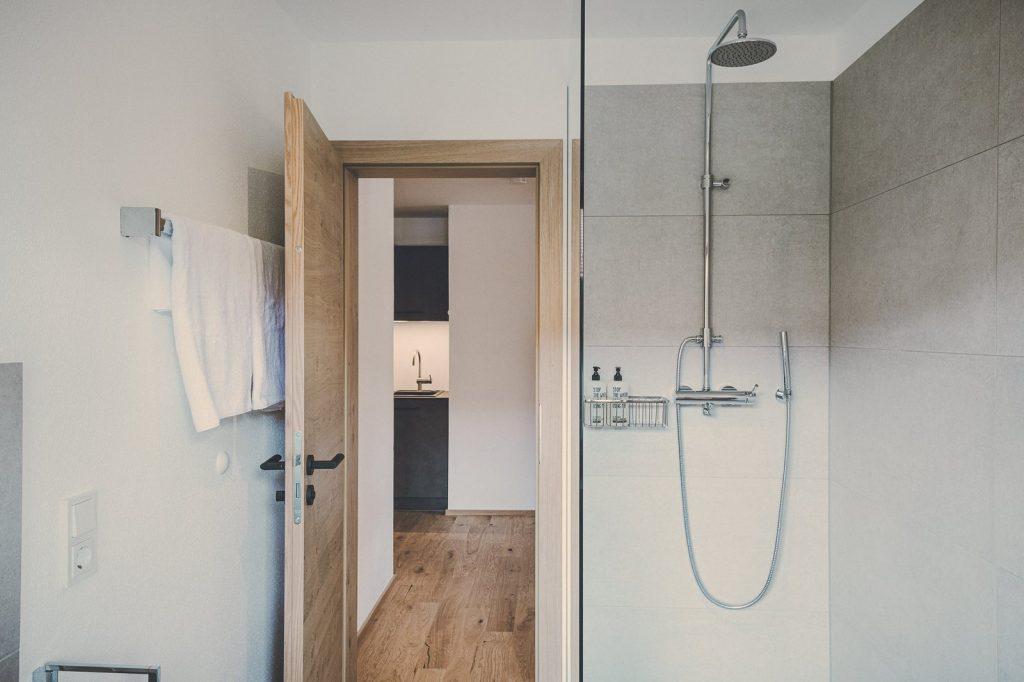 "Der Lederer Hof Tegernsee - Badezimmer im 2-Zimmer-Apartment ""Zwoats Dahoam"""
