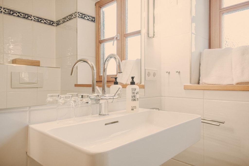 Der Lederer Hof Tegernsee - das kleine Badezimmer im Platzhirsch