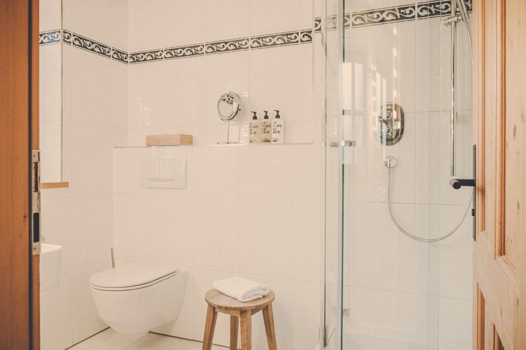 Der Lederer Hof Tegernsee - das kleine Badezimmer im Platzhirsch (Türansicht)