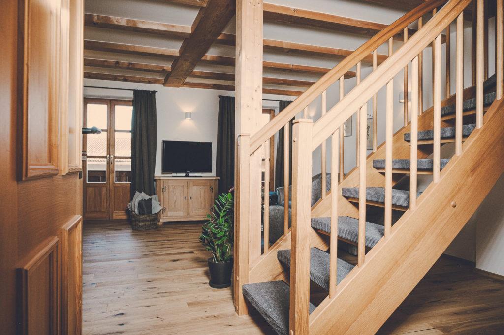Der Lederer Hof Tegernsee - Treppe im Maisonette Apartment