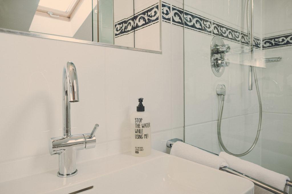 Der Lederer Hof Tegernsee - Badezimmer im Maisonette Apartment Detailansicht