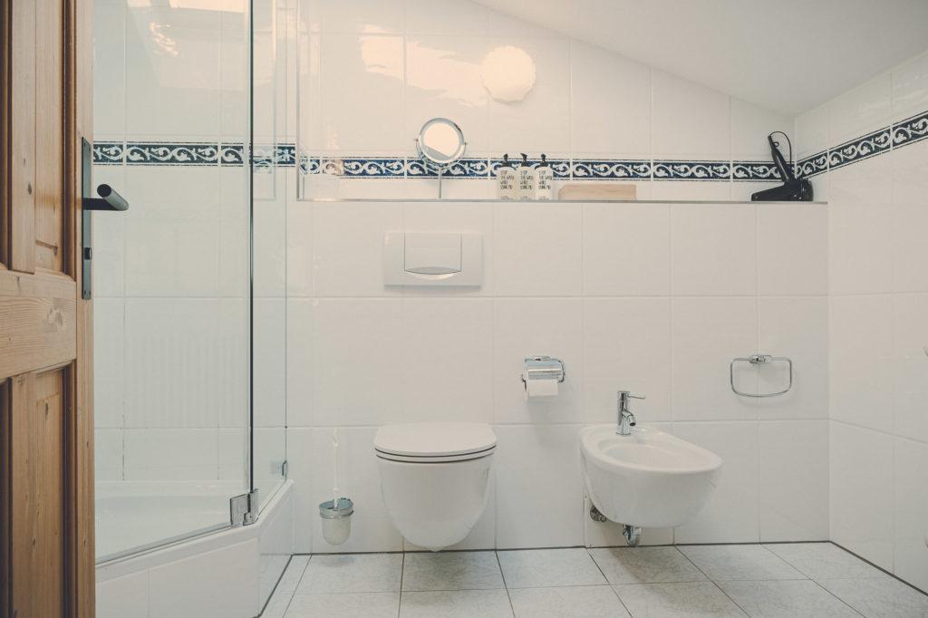 Der Lederer Hof Tegernsee - Badezimmer im Maisonette Apartment