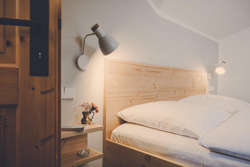 Der Lederer Hof Tegernsee - Bettansicht mit Cocomat Naturmatratzen