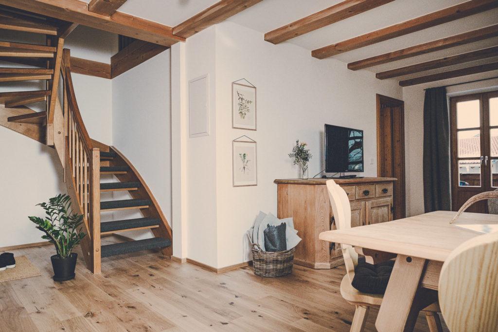 Der Lederer Hof Tegernsee - Wohnzimmer im Maisonette Apartment
