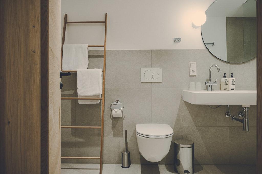 Der Lederer Hof Tegernsee - Badezimmer im Hochsitz Apartment