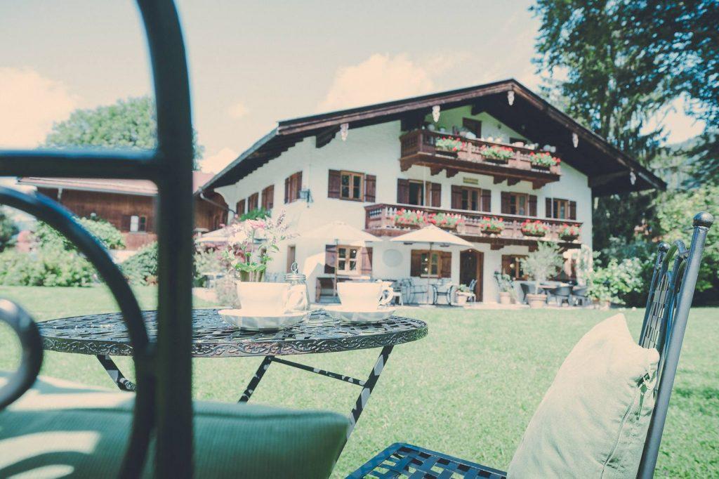 Der Lederer Hof Tegernsee - Aussenansicht mit Garten