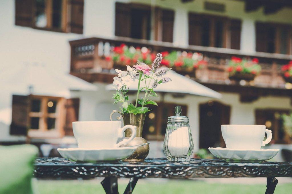Der Lederer Hof Tegernsee - Kaffee trinken im Garten